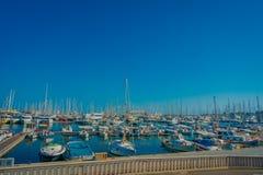 帕尔马,西班牙- 2017年8月18日:与白色游艇的美好的港口视图在帕尔马,拜雷阿尔斯 免版税库存图片