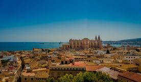 帕尔马,西班牙- 2017年8月18日:市的屋顶出色的意见有大教堂的帕尔马 免版税库存图片