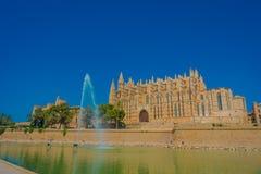 帕尔马,西班牙- 2017年8月18日:帕尔马La Seu圣玛丽亚大教堂美丽的景色在华美的蓝色的 免版税库存照片