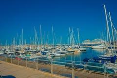 帕尔马,西班牙- 2017年8月18日:与白色游艇的美好的港口视图在帕尔马,拜雷阿尔斯 图库摄影