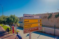 帕尔马,西班牙- 2017年8月18日:与骑自行车和走动城市的某些人的情报标志  免版税库存照片