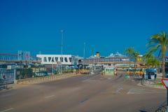 帕尔马,西班牙- 2017年8月18日:在帕尔马,巴利阿里群岛,西班牙怀有与白色游艇的看法 库存图片