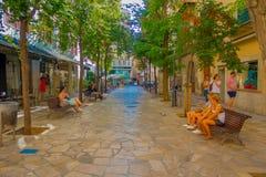 帕尔马,西班牙- 2017年8月18日:坐在公众椅子的未认出的人民,当其他turist保持时 库存图片