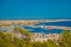 帕尔马,西班牙- 2017年8月18日:市的全景帕尔马,在一个蓝色晴天在帕尔马 免版税库存照片
