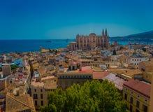 帕尔马,西班牙- 2017年8月18日:市的屋顶出色的意见有大教堂的帕尔马 免版税库存照片