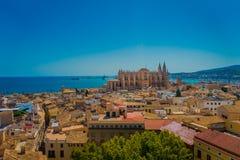 帕尔马,西班牙- 2017年8月18日:市的屋顶出色的意见有大教堂的帕尔马 库存图片