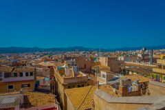 帕尔马,西班牙- 2017年8月18日:市的屋顶出色的意见有大教堂的帕尔马 库存照片