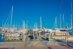 帕尔马,西班牙- 2017年8月18日:走在有白色游艇的港口的未认出的人民在水中,  免版税库存图片