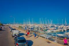 帕尔马,西班牙- 2017年8月18日:走在有白色游艇的港口的未认出的人民在水中,  免版税库存照片