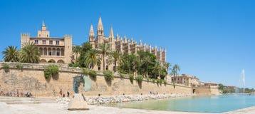 帕尔马,西班牙 La阿尔穆代纳王宫和圣玛丽亚哥特式大教堂  库存照片