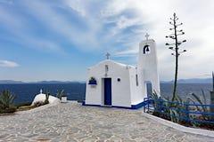 贴水帕帕佐普洛斯小白色教会, Rafina,希腊 免版税库存图片