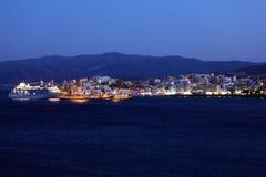 贴水帕帕佐普洛斯市和Cruse船在晚上,克利特,希腊 库存照片