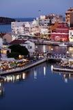 贴水帕帕佐普洛斯市在晚上,克利特,希腊 免版税库存图片