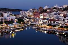 贴水帕帕佐普洛斯市在晚上,克利特,希腊 免版税库存照片