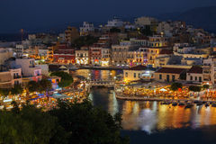 贴水帕帕佐普洛斯市在晚上,克利特,希腊 免版税图库摄影