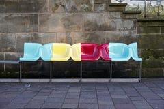帕德博恩,德国, 2017年3月13日:与五颜六色的设计师的长凳 库存图片