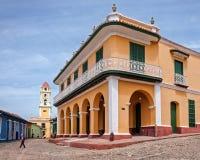帕拉西奥浅黑肤色的男人和钟楼在特立尼达,古巴 免版税图库摄影