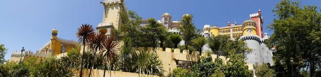 帕拉西奥da贝纳在辛特拉葡萄牙是圆顶、塔、crennelations和垒一个狂放的幻想  免版税库存图片