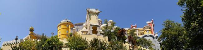 帕拉西奥da贝纳在辛特拉葡萄牙是圆顶、塔、crennelations和垒一个狂放的幻想  库存照片