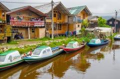 帕斯托,哥伦比亚- 2016年7月3日:一些colorfull小船在河停放了在有些商店旁边 库存照片