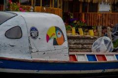 帕斯托,哥伦比亚- 2016年7月3日:在一条小船绘的colorfull toucan在la cocha湖岸停放了  免版税库存照片