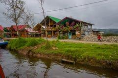 帕斯托,哥伦比亚- 2016年7月3日:在岸旁边的有些房子位于la接近pasto城市的cocha湖 免版税图库摄影