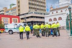 帕斯托,哥伦比亚- 2016年7月3日:维持站立在城市的中心广场的小队佩带的制服治安 免版税库存图片