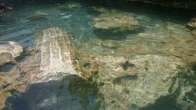 帕特拉的水池,射击在水下 希拉波利斯古老水池  土耳其代尼兹利棉花堡 免版税图库摄影