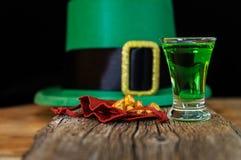 帕特里克天绿色饮料、妖精帽子和金金属小球 免版税库存照片