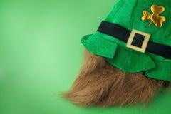 帕特里克帽子 在绿色背景的绿色帽子 日愉快的帕特里克s st 库存图片