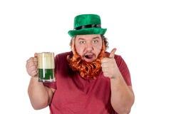 帕特里克斯天党 拿着杯在圣帕特里克的啤酒的滑稽的肥胖人画象  免版税库存照片