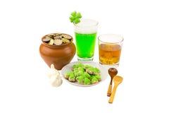 帕特里克` s天庆祝杯威士忌酒刻痕与三个切片冰每杯绿色啤酒用快餐和双的大蒜 免版税图库摄影