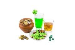 帕特里克` s天苏格兰威士忌酒三叶草品脱绿色啤酒和橡子 库存照片