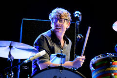 帕特里克Carney,黑色钥匙(带)的鼓手,执行在Primavera声音2015年 免版税库存图片