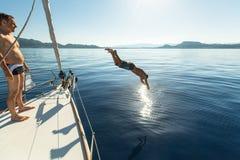 帕特雷,希腊-未认出的水手参加航行赛船会 免版税库存图片