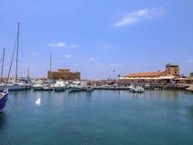 帕福斯游艇小游艇船坞风景在一个明亮的晴天 免版税库存照片