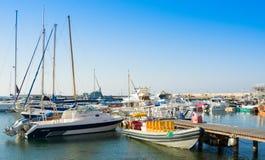 帕福斯,塞浦路斯- 2017年7月12日:小船和游艇在帕福斯早晨怀有 库存图片