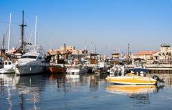 帕福斯,塞浦路斯- 2017年7月12日:小船和游艇在帕福斯港口 免版税图库摄影