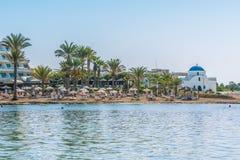 帕福斯,塞浦路斯- 2016年9月20日:美丽的海滩的看法在帕福斯,塞浦路斯 片段地中海和smal 免版税库存照片