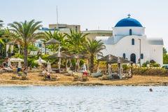 帕福斯,塞浦路斯- 2016年9月20日:美丽的海滩的看法在帕福斯,塞浦路斯 片段地中海和smal 免版税库存图片