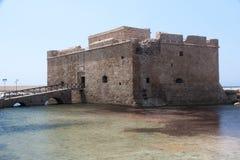 帕福斯, CYPRUS/GREECE - 7月22日:老堡垒在莒的帕福斯塞浦路斯 免版税库存图片