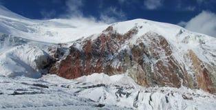 帕米尔山雪峰顶和冰川长的全景 库存照片