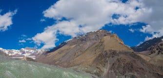 帕米尔山雪锐化长的全景 库存图片