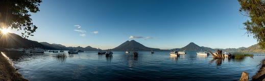 帕纳哈切尔,危地马拉- 2017年11月13日:小船在水中和阿蒂特兰湖在危地马拉 阳光和火山在背景中 Morni 库存图片