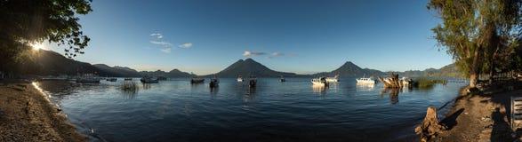 帕纳哈切尔,危地马拉- 2017年11月13日:小船在水中和阿蒂特兰湖在危地马拉 阳光和火山在背景中 Morni 免版税库存照片