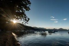 帕纳哈切尔,危地马拉- 2017年11月13日:小船在水中和阿蒂特兰湖在危地马拉 阳光在背景中 供他轻人早晨休眠住宿 免版税库存图片