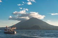 帕纳哈切尔,危地马拉- 2017年11月13日:阿蒂特兰湖在危地马拉 火山在背景中 湖Atitlan是a的最深的湖 库存图片