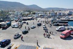 帕罗斯岛,希腊, 2016年9月17日:乘客和汽车从船下船在帕罗斯岛港在希腊 库存照片