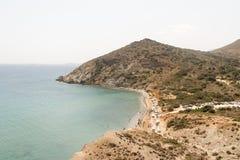 帕罗斯岛,希腊, 2015年8月09日 在帕罗斯岛海岛的Kalogeros海滩有享受他们的暑假的游人和当地人民的 免版税库存照片