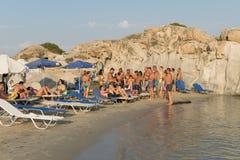帕罗斯岛,希腊, 2015年8月06日 游人和当地人民获得乐趣在Kolimbithres海滩在帕罗斯岛海岛 免版税库存图片